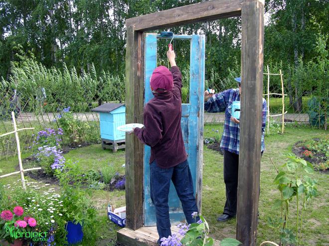 malowanie starych drzwi w ogrodzie IPROJEKT