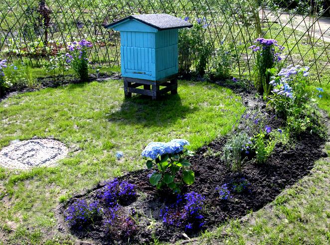 niebieska część ogrodu z ulem IPROJEKT