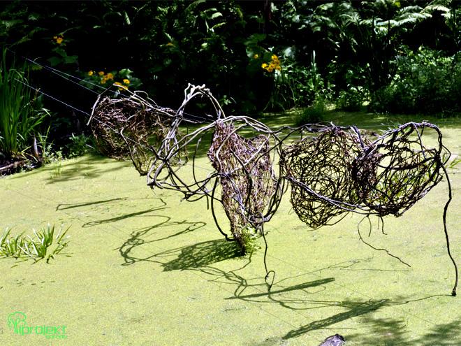 z rzęsą wodną wiklinowa rzeźba IPROJEKT