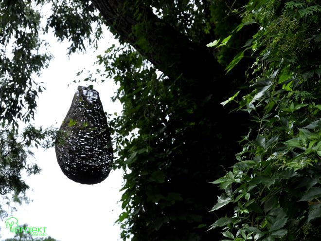 wiszący kokon wiklinowa rzeźba IPROJEKT