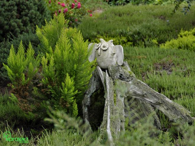 rzeźba sowa siedząca na pniu ogród botaniczny IPROJEKT