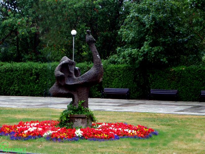 rabata kwietna wokół rzeźby przy promenadzie w Świnoujściu